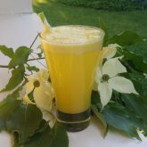 Frothy pineapple lime spritzer